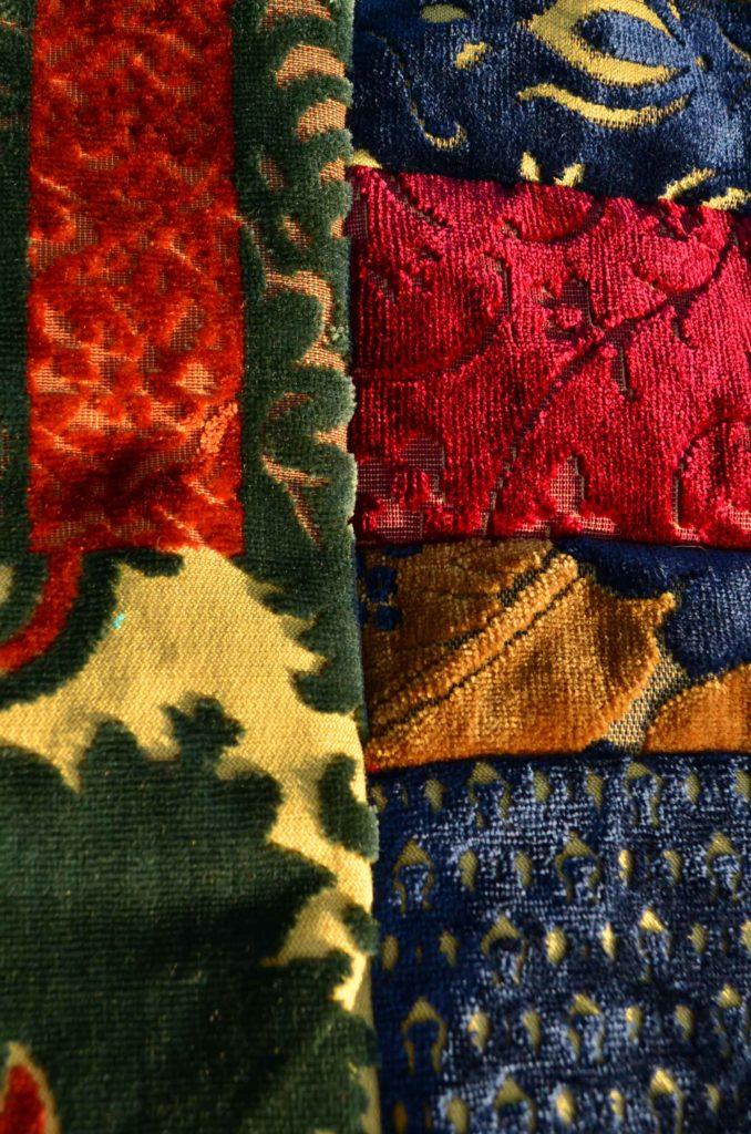 Detailansicht-zusammengenaehte-und-abgesteppte-Etro-Stoffreste-Kissen-roetsch