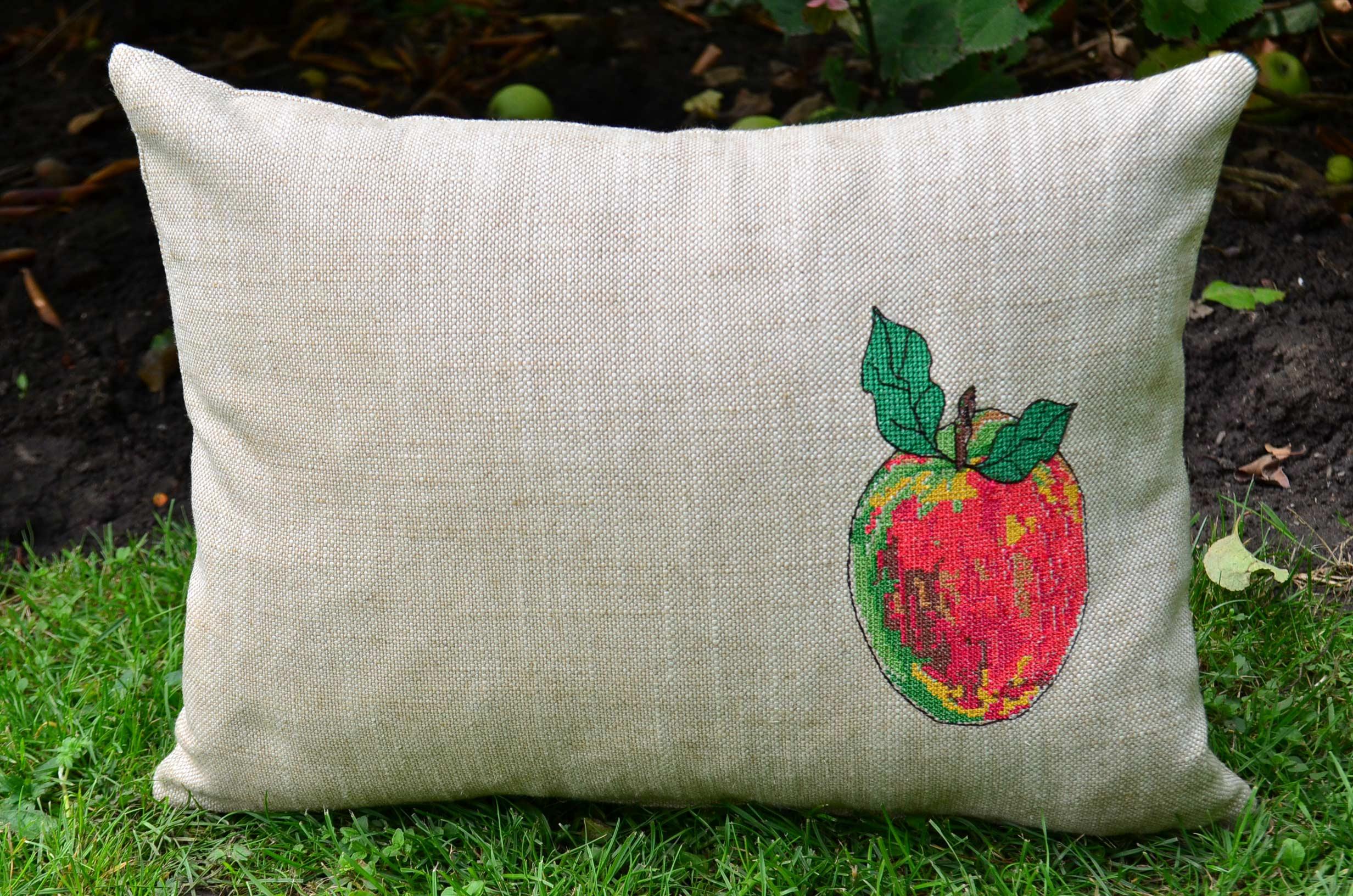 Kissen-mit-roetsch-Apfel-Stickdatei