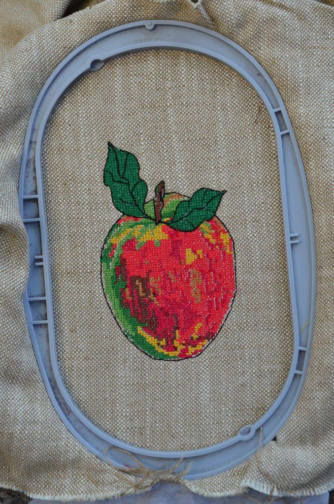 Kreuzstich-Apfel-Stickdatei-ausgestickt-in-Stickrahmen