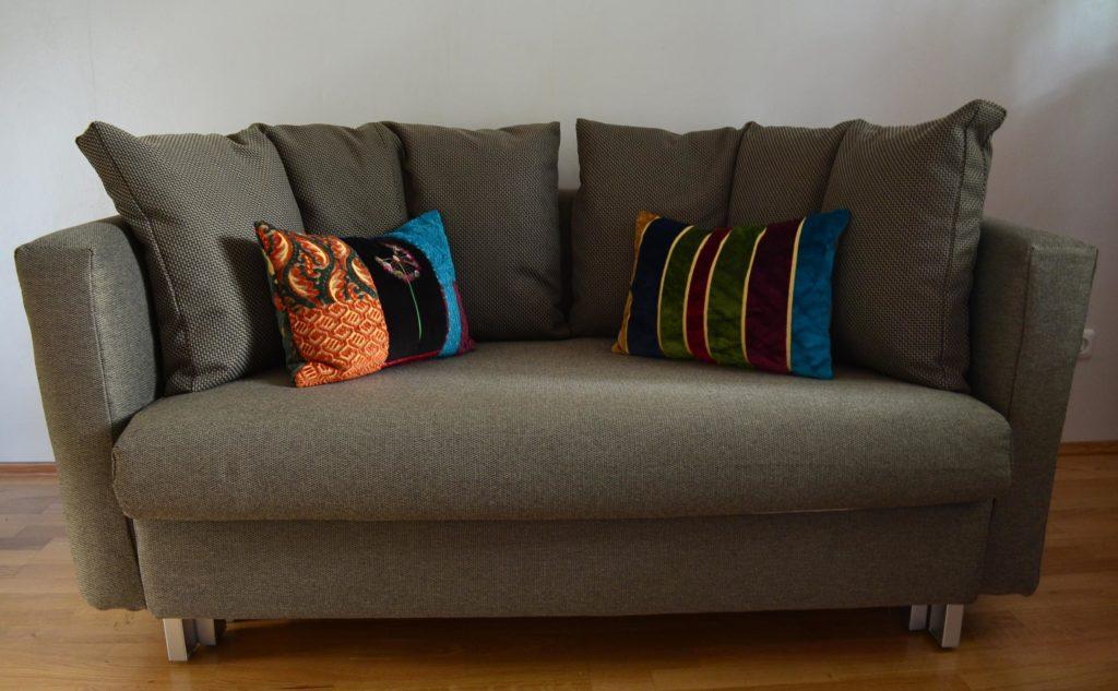 Malou-Sofa-mit-selbst-genaehtem-Bezug-und-selbst-genaehten-kleinen-Kissen
