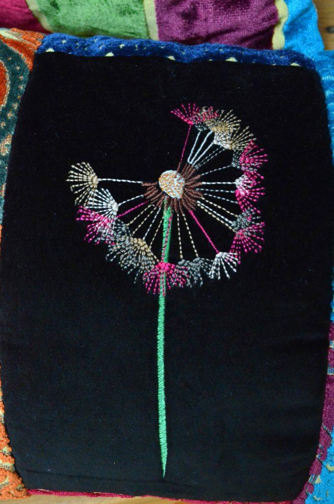 Pusteblume-Stickerei-auf-Etro-Stoff-Reste-Kissen-roetsch