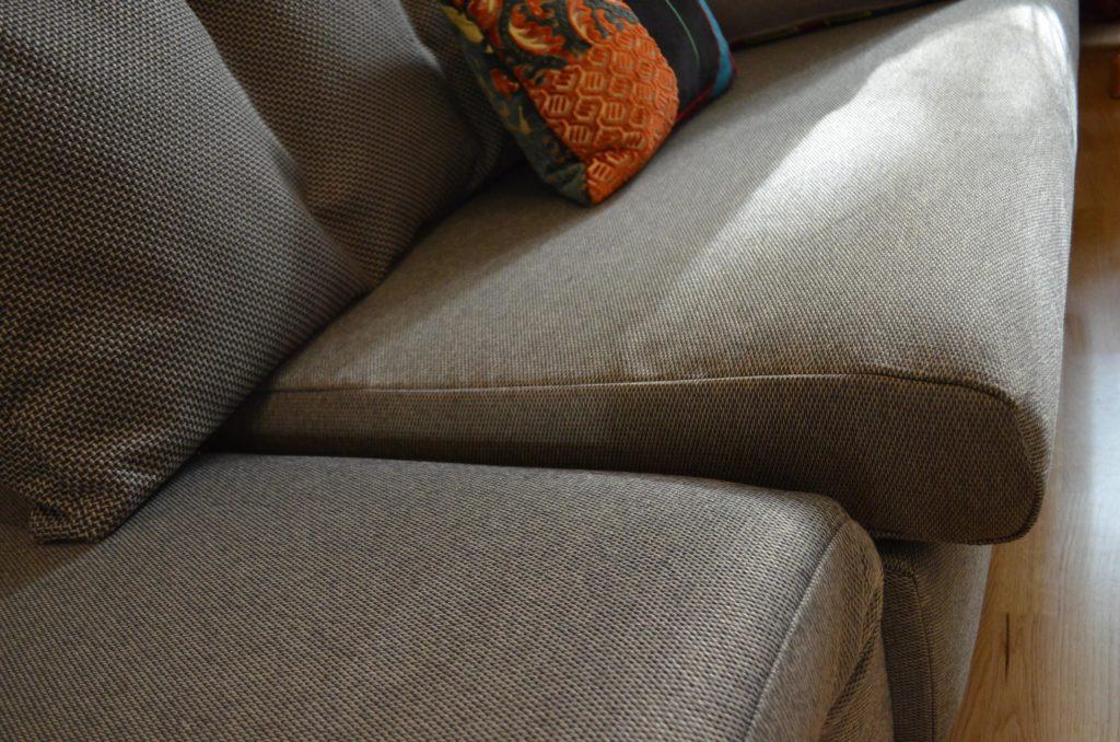 Seitenansicht-selbst-genaehter-Bezug-Sitzpolster-Malou-Sofa