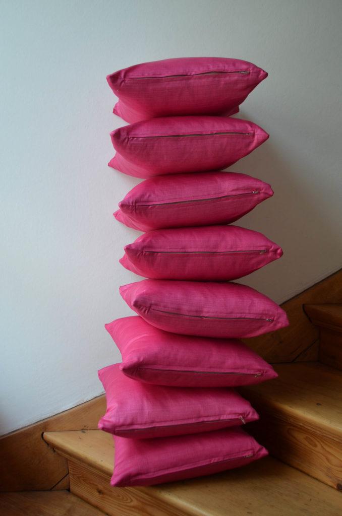 roetsch acht-Geburtstagskissen-mit-Reissverschluss-uebereinandergestalpelt-auf-Treppe