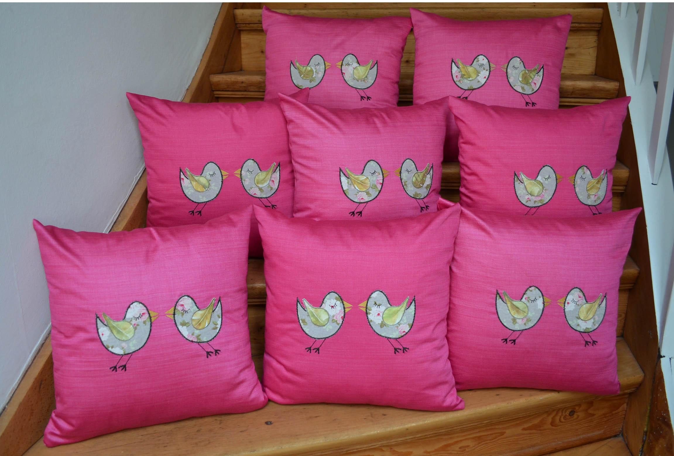 roetsch acht Kissen-mit-Vogelapplikation-auf-Treppe