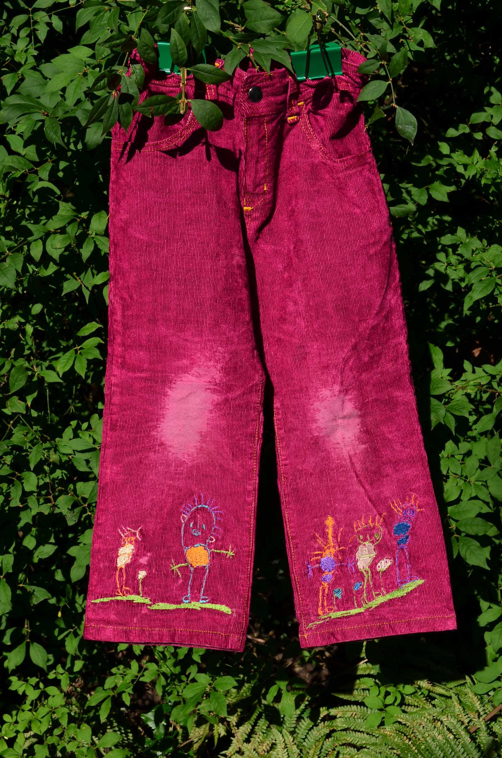 roetsch-pinke-Maedchen-Cordhose-mit-gestickten-Kinderzeichnungen