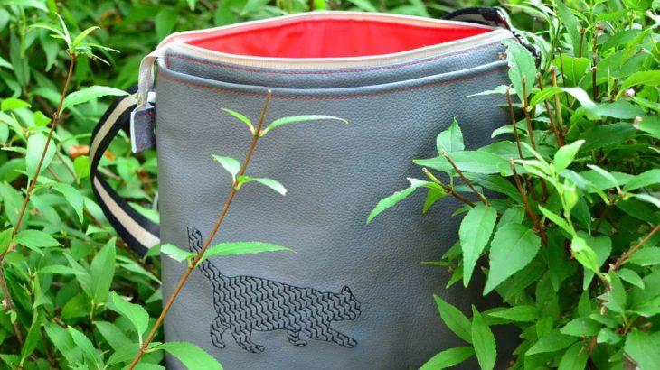 roetsch-graue-Kunstleder-Tasche-mit-Katzen-Stickerei-geoeffnet