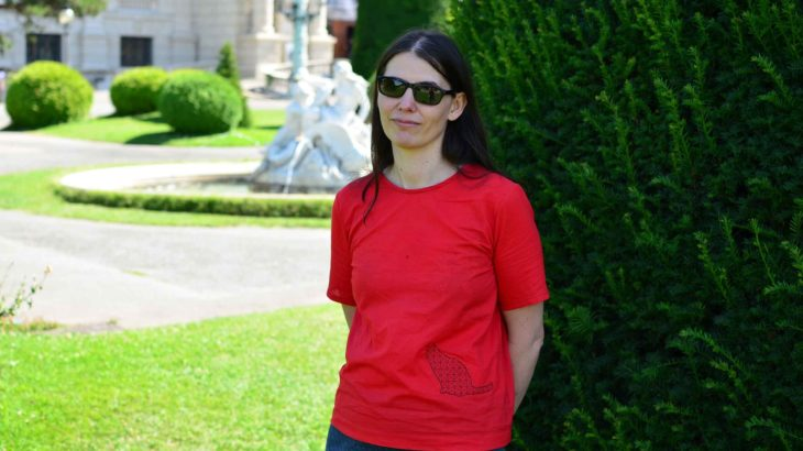 roetsch-rote-Batist-Bluse mit-Blackwork-Katzenstickerei